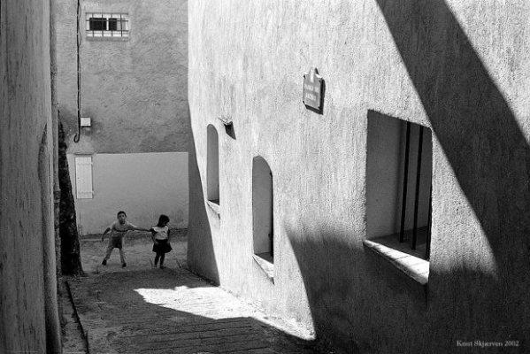 Kids In Alley © Knut Skjærven.