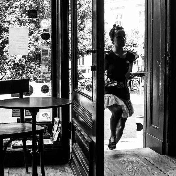 The Running Waitress © Knut Skjærven